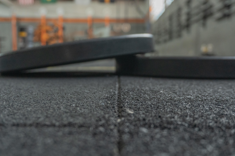 Conheça as vantagens do piso de borracha para academias