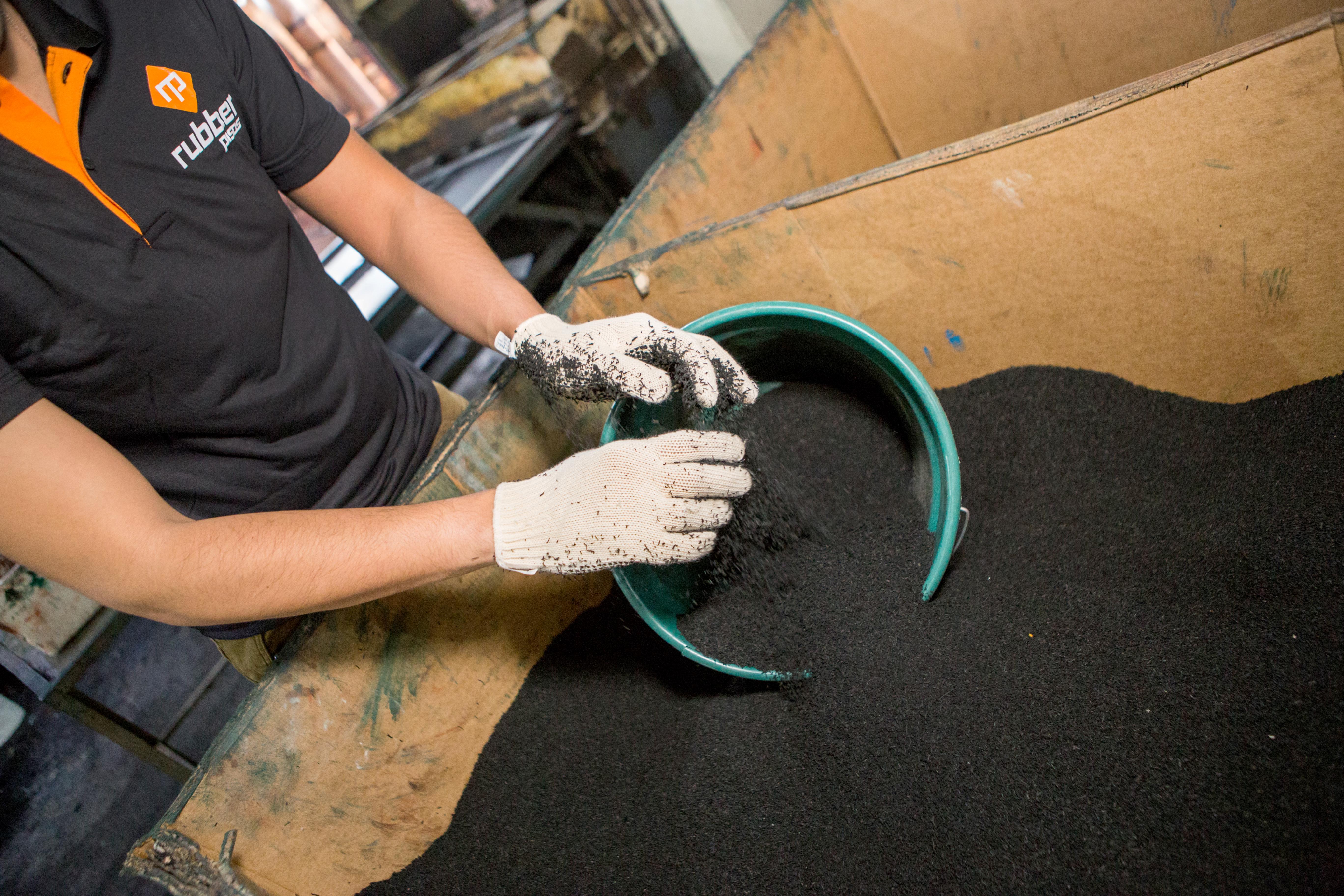 Qual a diferença entre o piso de borracha reciclada e o piso de borracha não reciclada?