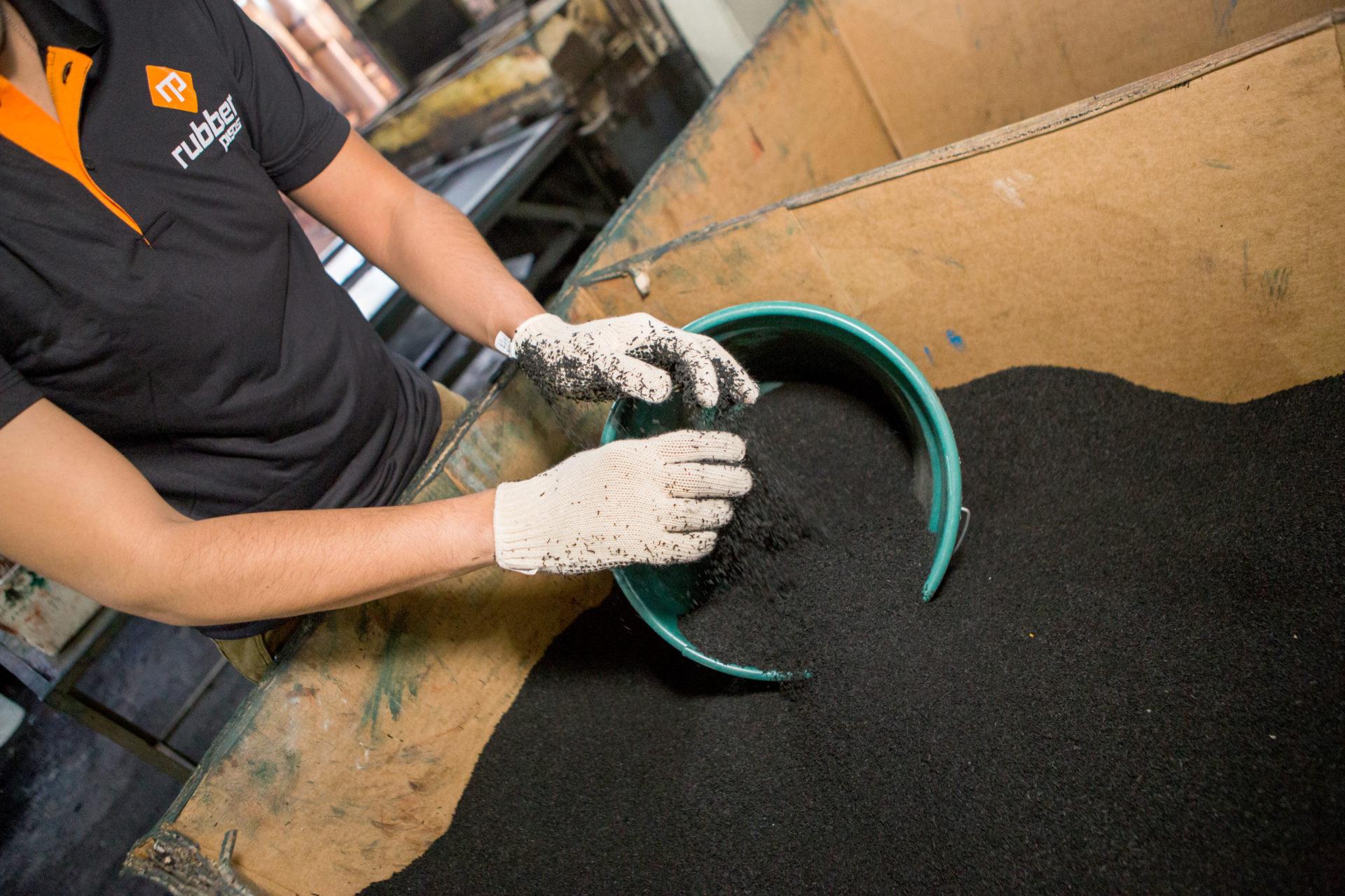 Produção de piso feito a partir de pneus reciclado