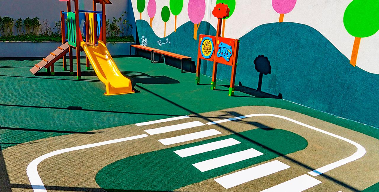 Playground infantil com piso contínuo